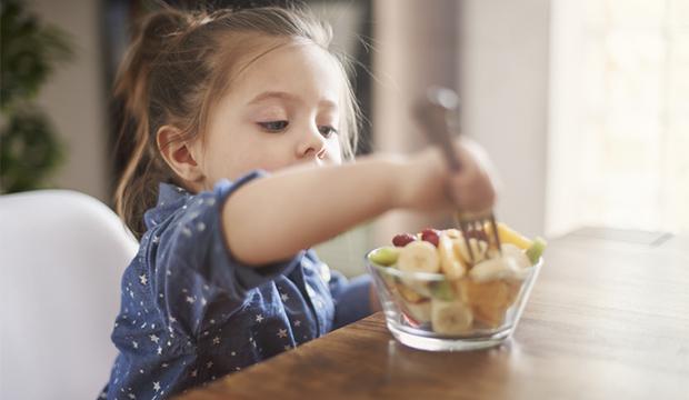 dievčatko s miskou ovocia