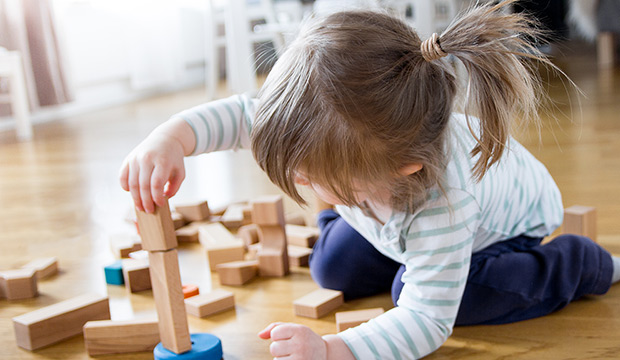 hrajúce sa dievčatko so stavebnicou