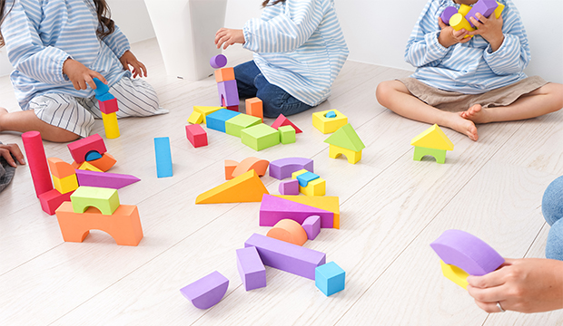 Deti hrajúce sa s kockami.