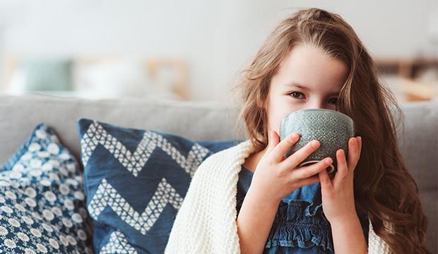 Dievča v predškolskom veku pije čaj. Imunitnný systém.
