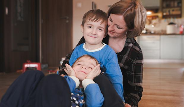 Matka sa hrá so svojimi deťmi, ktore maju atopický ekzém.
