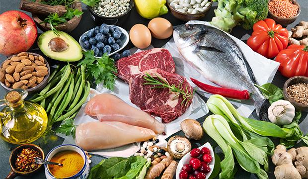 Zdravá a plnohodnotná výživa. Mix zeleniny, ovocia, vajíčok a mäsa.