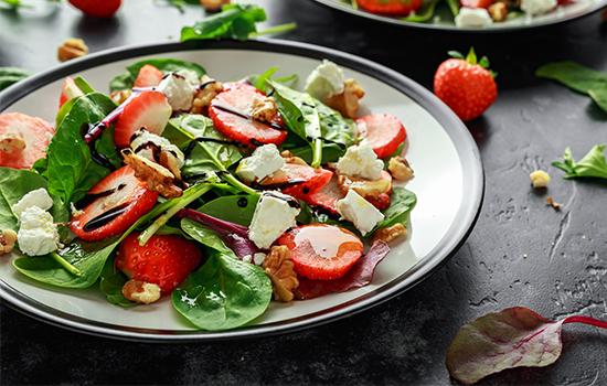 jahodově-špenátový letní salát