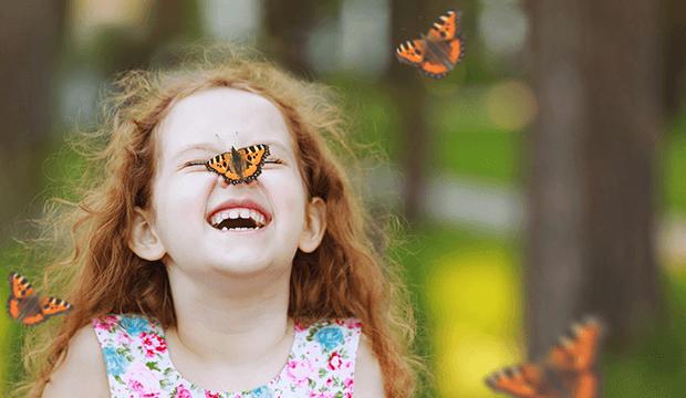 dievča s motýľom na nose