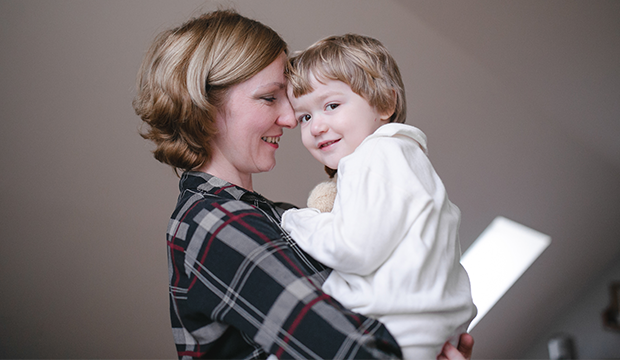 Matka opatruje dieťa s atopickým ekzémom.