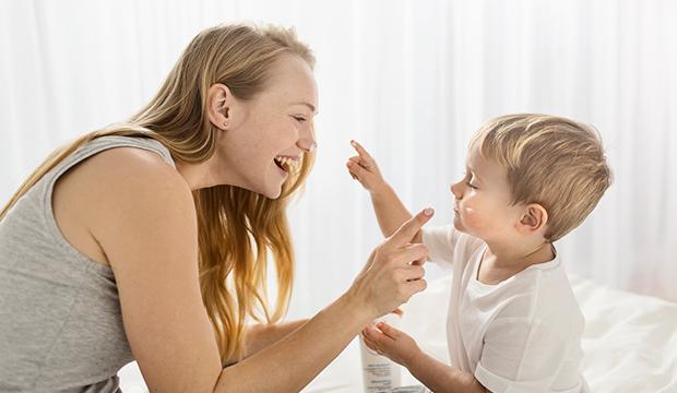 Matka so synčekom používajú Atoderm Intensive Baume